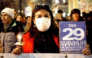 La velatón se sumó a un grupo de conocidos artistas chilenos que este martes ocupó las oficinas de la Unicef con el fin de emplazar al Gobierno del presidente Sebastián Piñera a que busque una rápida solución al caso de los estudiantes en huelga de hambre.