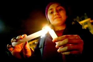 Mientras en la capital hubo encuentros en varios puntos, en la región de La Araucanía, en el sur de Chile, más de 50 alumnos de la Universidad de la Frontera, se reunieron frente a la Gobernación de Cautín, para encender varias velas en el acceso principal que se encontraba custodiado por carabineros.