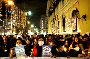 Decenas de estudiantes chilenos realizaron en varias ciudades velatones en apoyo de los jóvenes que se encuentran el huelga de hambre desde hace 40 días en demanda de una educación pública, gratuita y de calidad.
