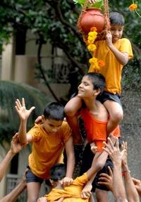 Un niño intenta romper un dahi handi (un jarrón) durante la celebración del Festival Janmashtami que marca el nacimiento del dios Lord Krishna.