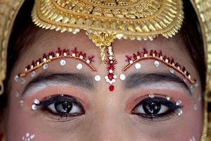 Una niña se disfraza de la diosa Durga para participar en el Festival Janamashtmi.