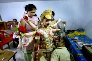 -Una niña se disfraza de la diosa Durga para participar en la tradicional procesión del Festival Janmashtami.