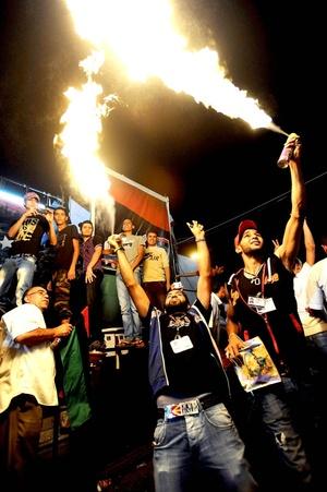 Miles de civiles jubilosos salieron corriendo de sus casas para animar a los convoys de camionetas llenas de combatientes rebeldes que disparaban al aire. Algunos de los combatientes estaban roncos y gritaban: Venimos por ti, cabeza crespa, un apodo burlón de Gadafi.