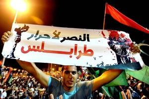 Un líder rebelde dijo que la unidad encargada de proteger a Gadafi en Trípoli se había rendido y se unió a la revuelta, lo que permitió a las fuerzas de la oposición moverse libremente.