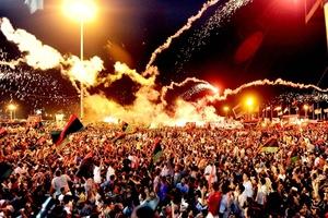 Eufóricos rebeldes libios tomaron el control de gran parte de Trípoli tras un rápido avance, celebrando la victoria en la Plaza Verde, el simbólico centro del poder del régimen de Moamar Gadafi.