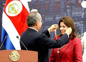 Felipe Calderón condecora a su homóloga de Costa Rica, Laura Chinchilla, con la Orden Mexicana del Aguila Azteca durante un almuerzo en el Alcázar del Castillo de Chapultepec.