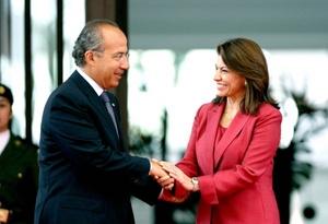 En acto celebrado en la residencia oficial de Los Pinos, Calderón dijo que con la visita de Estado de Chinchilla se fortalece la hermandad entre ambas naciones y permite emprender nuevos proyectos en un mundo más complejo.