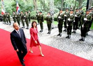 El presidente Felipe Calderón recibió en ceremonia oficial a la mandataria de Costa Rica, Laura Chinchilla, quien señaló su profunda voluntad para enfrentar con valentía retos actuales.