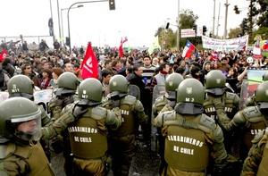 Los enfrentamientos entre las fuerzas especiales de Carabineros y los grupos que apoyan el paro nacional se replicaron a lo largo del día en el centro de Santiago, en diversas poblaciones de la zona metropolitana y en las principales ciudades del país.