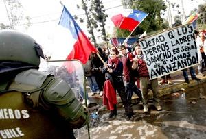 Los organizaciones sociales y el movimiento estudiantil, se multiplicaron a nivel nacional los cierres de calles, las barricadas y los enfrentamientos con la militarizada policía de Carabineros.