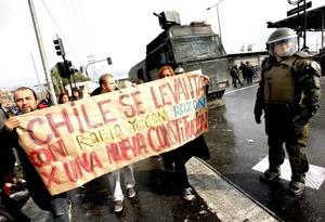 En la Plaza Italia de esta capital, epicentro de las movilizaciones chilenas, centenares de jóvenes estudiantes se congregaron con pancartas exigiendo una nueva Constitución y una reforma educativa, mientras el sector era custodiado por carabineros antimotines.