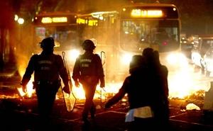 Con barricadas de fuego que dificultaron el tránsito en varios sectores de Santiago comenzó la huelga convocada por la principal central sindical chilena en demanda de reformas laborales, sociales y políticas.