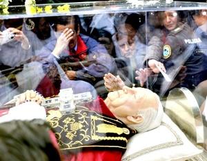 Las reliquias de Juan Pablo II llegaron a la Basílica de Guadalupe entre aplausos de fieles católicos.