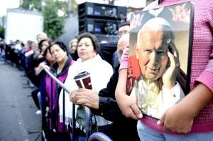 Cientos de fieles católicos recibieron en México las reliquias de Juan Pablo II.