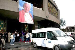 El cuerpo de cera de Juan Pablo II ingresó a la Basílica de Guadalupe por la puerta monumental donde fue recibido y escoltado por el V Cabildo Colegial de Guadalupe frente al altar mayor del recinto, donde quedó a los pies de la Virgen de Guadalupe entre los aplausos de los fieles católicos.