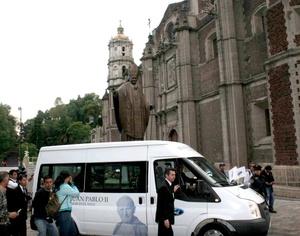 Una nube de incienso cubrió la urna donde son transportadas las reliquias del 'papa peregrino' cuando ingresó en el recinto mariano, luego de que abandonaron las instalaciones de la nunciatura apostólica para iniciar la peregrinación de las reliquias por todas las diócesis del país.