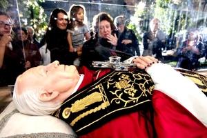 los fieles católicos lo recibieron con aplausos, llanto, porras y consignas al igual que en sus visitas anteriores.