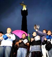 Unas 300 personas que habían sido convocadas por la red social Twitter se manifestaron frente al Ángel de la Independencia de la Ciudad de México para apoyar a los ciudadanos de Monterrey y recordarles que no están solos.