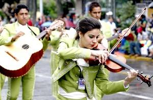 Transportados en coloridos carros alegóricos, los mariachis Camperos y América, dos de los grupos más reconocidos en todo el mundo, interpretaron melodías de música ranchera como El rey y Si nos dejan.