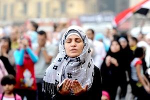 En Egipto, la céntrica Plaza Tahrir de El Cairo se convirtió en centro de reunión de miles de familiar que además de participar en las oraciones finales aprovecharon la ocasión para celebrar la caída del ex presidente egipcio Hosni Mibarak.