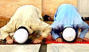 Durante el mes sagrado del Ramadán, uno de los cinco pilares fundamentales de la religión islámica, los fieles musulmanes se abstienen de comer, beber, fumar y mantener relaciones sexuales desde el amanecer y hasta la puesta del sol.