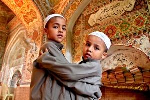 El Ramadán es el noveno mes del calendario islámico y se debe, según la tradición islámica, a que el profeta Mahoma recibió la revelación del Corán, el libro sagrado del Islam que contiene las enseñanzas de Alá (Dios).