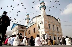 Miles de musulmanes de todo el mundo participan en las festividades del Eid al Fitr, que marca el fin del mes del Ramadán, dedicado a orar y ayunar hasta el ocaso.
