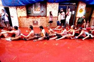 Jóvenes se divirtieron jugando en las calles teñidas de color rojo.