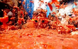 En 1955, estando prohibida la fiesta, se celebró como protesta 'El entierro del tomate': una manifestación en la que los vecinos portaron un ataúd con un gran tomate dentro.