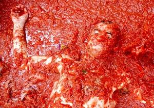 Aún después de acaba la fiesta, las calles seguían rojas al irse muchos de los participantes a las regaderas que dispone el Ayuntamiento y que resultan insuficientes para quitar todo el tomate que hay en las ropas y cuerpos.