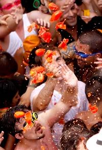 El Ayuntamiento de Buñol destacó en un comunicado que este año tienen mención especial los visitantes de India, que el año pasado filmaron la Tomatina para la película 'Sólo se vive una vez', que fue éxito de taquilla en Bollywood.
