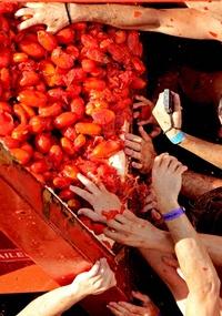 En su edición 66, la fiesta de este pueblo de la provincia de Valencia congregó también a muchos turistas que cada año protagonizan un 'baño' de tomates, entre ellos estadunidenses, japoneses, belgas, coreanos, australianos, alemanes, franceses y de muchos otros países.