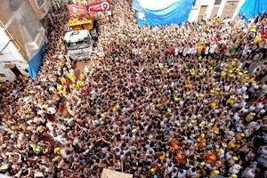La tradicional fiesta de la Tomatina reunió a más de 40 mil personas, que se lanzaron 120 toneladas de tomate en una 'guerra' muy singular, que viste las calles del centro de Buñol, este de España, y a sus protagonistas de color rojo.