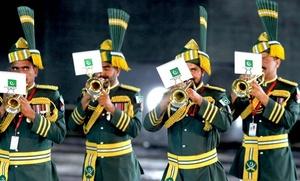 La banda de las fuerzas armadas de Pakistán participa durante un ensayo del Festival Internacional Militar.