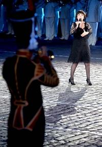 La cantante francesa Mireille Mathieu se presenta con la banda militar del ministerio de Defensa de Rusia.