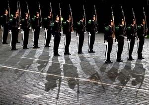 La banda de la guardia real de Noruega participa durante un ensayo del Festival Internacional Militar de Música 'Spasskaya Tower'.