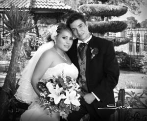 En una fotografía de estudio el día de su boda, Violeta Torres Ramírez y José Manuel Lomas de la Mora. <p> <i>Studio Sosa</i>