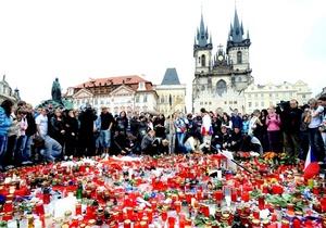 Varias personas depositan flores y encienden velas en Praga, República Checa,  en memoria de las víctimas del accidente del avión de pasajeros Yak-42 en Yaroslavl, Rusia.