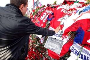 Rusos asisten al estadio Arena-2000 en memoria de las víctimas del accidente del avión de pasajeros Yak-42 en Yaroslavl.