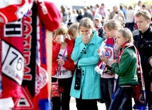 Adolescentes lloran junto al estadio Arena-2000 por las víctimas del accidente del avión de pasajeros Yak-42 en Yaroslavl, Rusia.