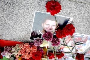 Fotografías de los jugadores y ramos de flores como homenaje en el exterior del Minsk-Arena.