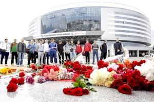 Varias personas participaron en un homenaje floral en el exterior del Minsk-Arena, donde se tenía que jugar el partido de hockey hielo entre el Lokomotiv Yaroslavl y el Minsk Dinamo.