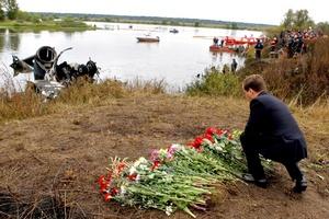 El presidente de Rusia, Dmitri Medvédev, visitó el lugar del accidente del avión de pasajeros Yak-42.