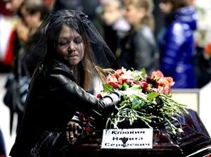 Al comienzo de la ceremonia fúnebre los militares sacaron los ataúdes cerrados al campo, en el que se habían colocado fotografías de las víctimas.