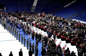 Unas cien mil personas se acercaron al estadio Arena-2000, en la localidad rusa de Yaroslavl, para despedirse de los 43 fallecidos en el accidente aéreo del pasado miércoles.