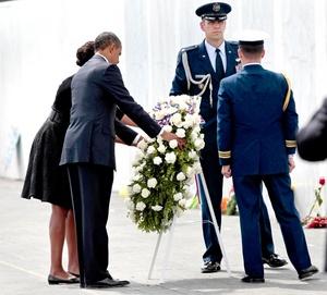El presidente Barack Obama y su esposa Michelle colocaron una ofrenda floral ante el monumento al Vuelo 93.