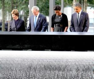 En Nueva York, acompañado de su esposa, Michelle, y de su predecesor en el cargo, George W Bush, y la ex primera dama Laura Bush, Obama guardó un solemne minuto de silencio, junto a todos los presentes, en el parque construido en la zona cero.