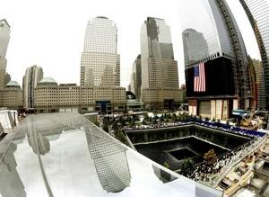 Exactamente diez años después de los atentados que conmocionaron al mundo, Nueva York conmemoró el más simbólico de los aniversarios del 11-S desde la nueva zona cero, donde las familias lloraron unidas por primera vez en el parque en memoria de los casi tres mil fallecidos en los ataques.