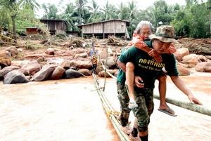 La localidad de Saraburi, capital de la provincia de mismo nombre y situada a unos cien kilómetros al norte de Bangkok, es una de las más afectadas por las copiosas lluvias que caen en la mayor parte del país desde finales del pasado julio con la llegada de los monzones.