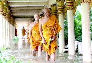 Monjes budistas caminan por un templo inundado en la provincia de Ayutthaya, Tailandia.T